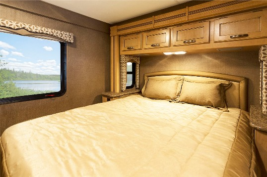 2015-thor-four-winds-29g-class-c-motorhome-bedroom