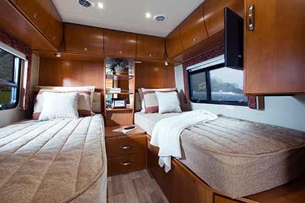 2014-leisure-travel-vans-unity-u24tb-bedroom